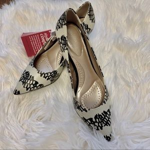 Shoes - NWT pointed toe pumps